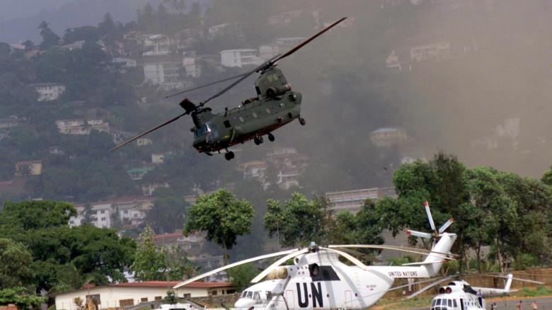 Britischer-Hubschrauber-ueber-Freetown